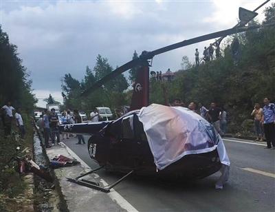 7月25日16时许,一架小型商用直升机在重庆市石柱县黄水镇意外坠毁。目击者供图