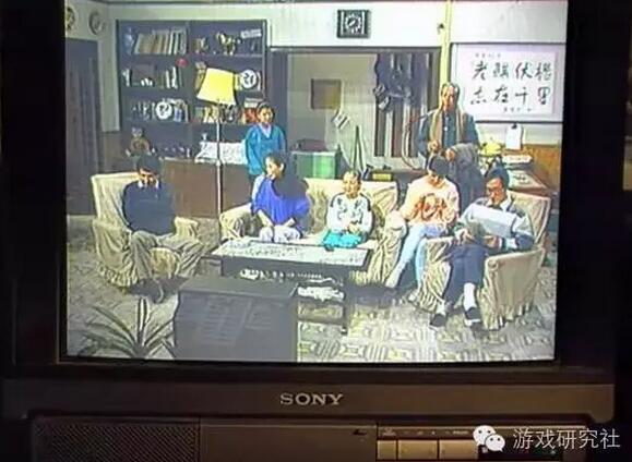 在最后两集中,镜头给出了老傅家电视机的正面:这居然是一台Sony彩色电视机。得,进口游戏机配进口电视机,老傅家的客厅娱乐质量绝对不一般