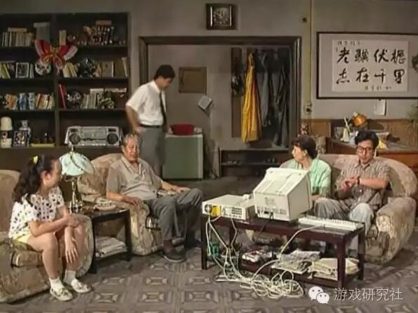 """临时放在老傅家茶几上的电脑,凌驾在红白机之上,成为全家的""""新欢"""""""