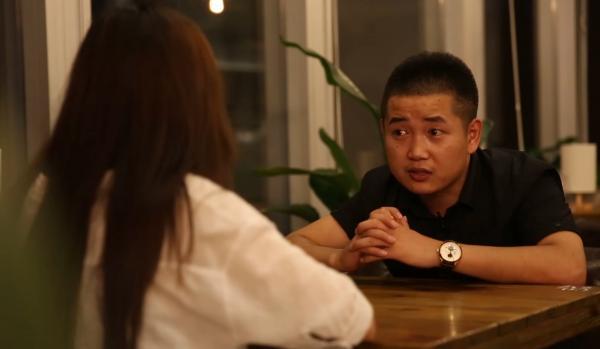 """自称""""感情工程师""""26岁的雷宾,在杭州滨江开辟区设立了本人的作业室,接受代人离别、复合、求婚等营业。"""