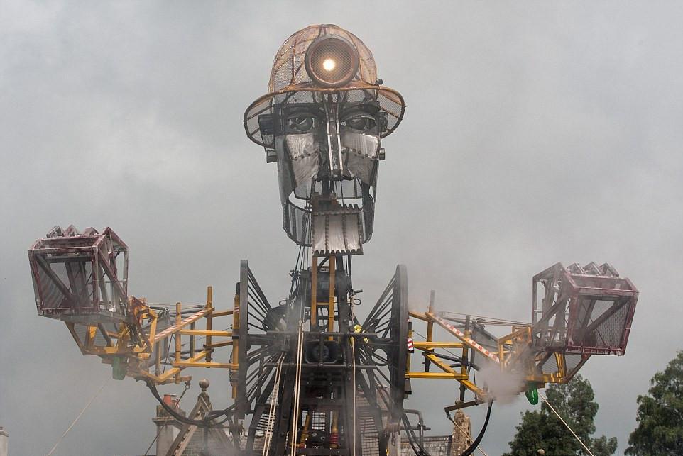 英国最大机器木偶表态 高度超3辆双层巴士(高清)