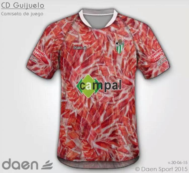 吉胡埃洛,以生产伊比利亚火腿而闻名。目前正在西乙 B 联赛奋战的吉胡埃洛队推出了一套以火腿为主题的球衣,看起来略为魔性。