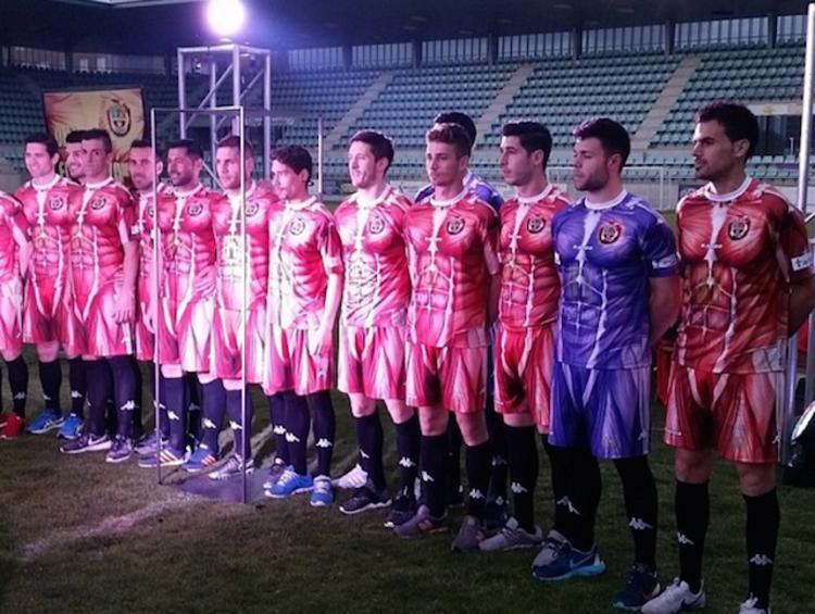 """来自西班牙第四级别球队 Deportivo Palencia,哎注意到了吗……几乎全是西班牙的小球队哎。这里不得不感叹下,欧洲各国自上到下的足球氛围,哪怕只是一个小镇也拥有自己的足球俱乐部和死忠球迷。由此衍生出来的""""小球队经济""""也就很可以理解了。"""