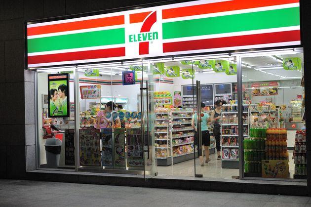 1974年,日本第一家便捷店(7-Eleven)自东京一间小小的祖传酒肆里开出。时至本日,像如许面积在 60 - 200 平米之间,整年 24 小时停业的便捷店曾经普及整日本,总数超越 56,000 家,均匀每百万日本大众领有 388 家便捷店,在国家,这个数字是 54 。而在便捷店最为密布的东京,便捷店数目超越 5700 家,均匀每 10 万人就领有 49 家便捷店。