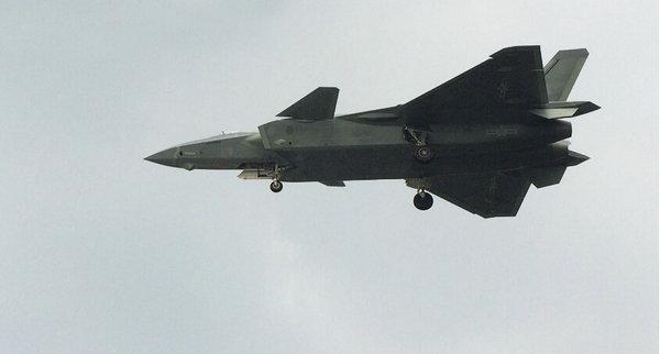 图为近日,继中国空军公开宣布大型战略运输机运-20首批服役后,又有消息指出国产歼-20以疑似服役涂装现身飞行。