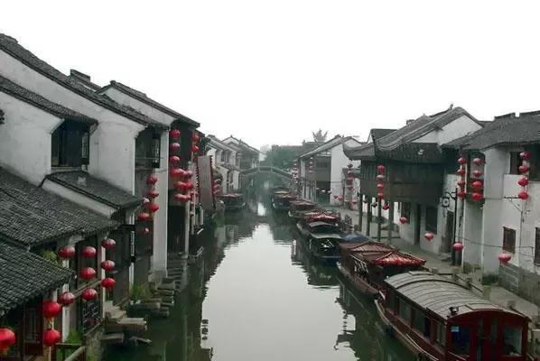 苏州:城市生产总值(GDP)3209.09亿,GDP增速8.2%,GDP增速排名38位,有人说如果江苏工业停产,全中国都会成为泡沫,可见江苏工业之发达,而作为江苏的最大工业城市苏州,自然其起到了至关重要的标杆作用,你以为苏州只靠工业吗?旅游业也是较为发达,尤其是古韵味十足的苏州园林,白墙黑瓦演绎着一段段美好历史文化。
