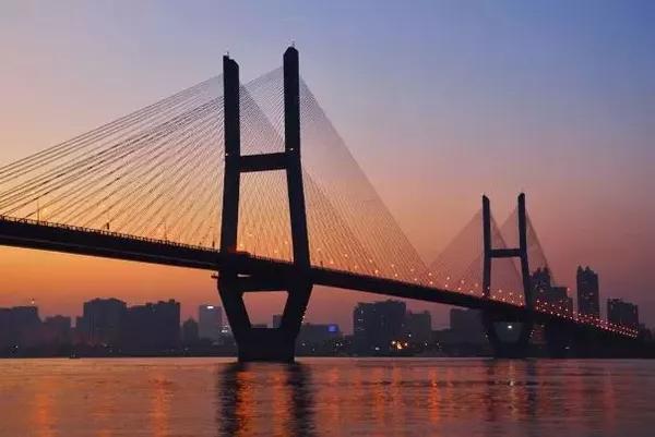 武汉:城市生产总值(GDP)2495.68亿,GDP增速7%,GDP增速排名74位。
