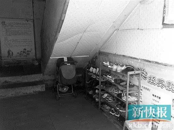 设在住民楼里的保管班,占用了楼道搁置孩儿们的鞋子。 新快报图