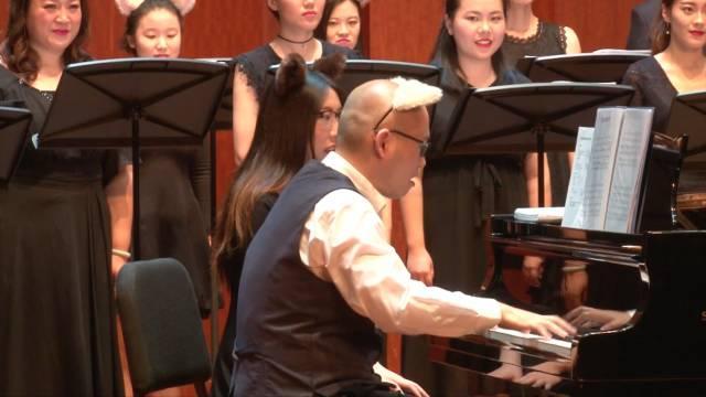 """一颗(插着""""翅膀""""的)卤蛋在弹钢的琴 《感觉身体被掏空》是一部直指当下年轻人加班痛点的音乐作品,我们希望以幽默的笔触调侃繁重压力下的年轻人生活。同时黎明先生也以声音客串的形式受邀""""扮演""""歌曲中老板一角。"""