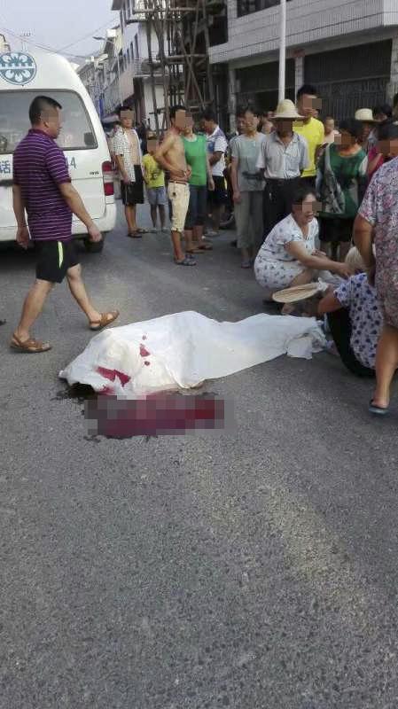 死者周某系被一辆越野车拖行百余米后倒地身亡。