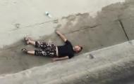 男子看潮坠桥摔断腰险被冲走