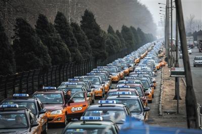 3月15日,首都机场T2航站楼附近,等候进场的出租车排起了长队。图/视觉中国