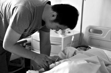 昨日上午10时许,在高新医院病房内,赵达飞照顾着患癌症的女友