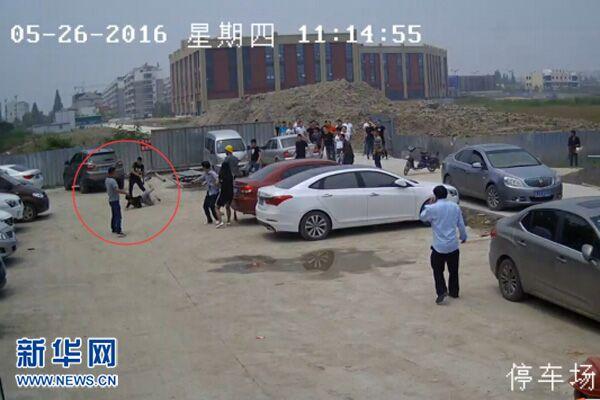 视频截图显示,在停车场一名男子被打倒在地
