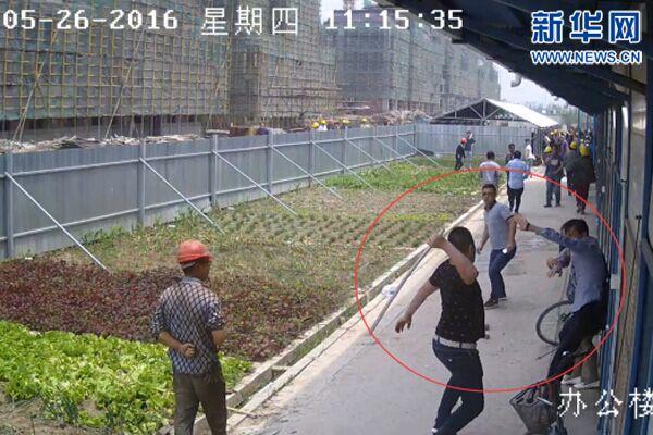 视频截图显示,一名年长男子被人追打。