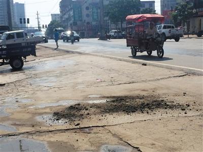 昨日,河南正阳县南环城路,城管队员李伟受伤处的血迹已被掩盖。本版摄影/新京报记者 安钟汝