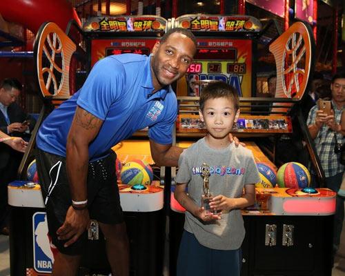 NBA家庭娛樂中心上海開幕 麥迪現身輔導小球員