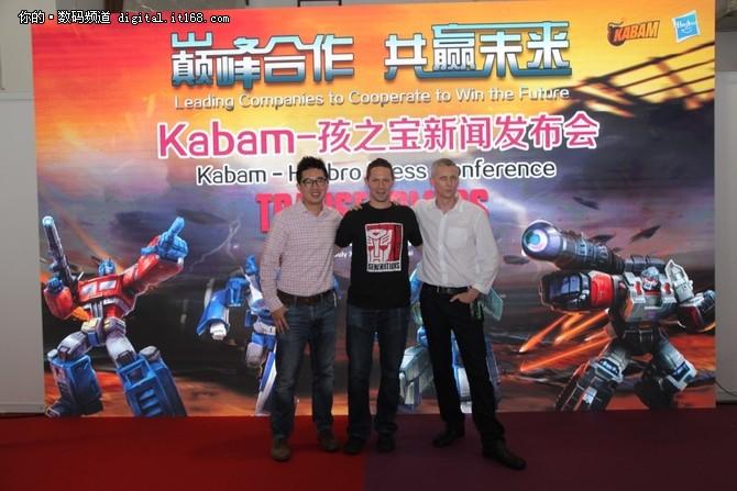 """在过去30年来,""""变形金刚""""已发展成为全球辨识度最高的系列化品牌,通过获奖电视节目、前沿数码娱乐产品系列、消费品、可动人偶、服饰、现场活动、卖座电影等多种渠道吸引消费者。这款由Kabam开发的新游戏将进一步扩大该品牌在移动游戏领域日益增长的影响力,同时为粉丝提供高清3D新环境下与擎天柱、威震天等家喻户晓的汽车人和霸天虎互动的机会。这款动作手游还融合了RPG元素和策略元素,为粉丝和玩家打造了独特的 """"变形金刚"""" 体验。"""