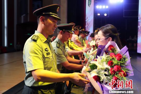 丈夫将鲜花献给获奖的妻子。 申冬冬 摄