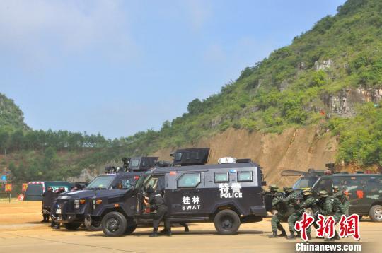 7月30日,广西开展史上最大规模反恐实兵实弹演习。图为反恐演习现场。 钟建珊 摄