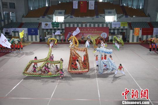 来自徐州工程学院的留学生舞龙舞狮队第一个出场。 朱志庚 摄