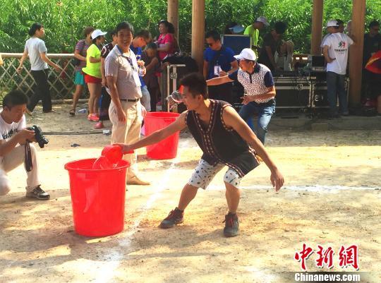 村民在活动中享受运动健身带来的乐趣,图为一名女选手在比赛中。 张羽 摄