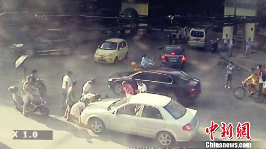 图为交警、急救部门在事故现场进行处置。 视频截图 摄