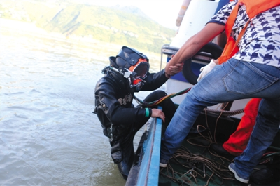 据重庆巫山县委宣扬部引见,29日该县发作的快艇翻沉事情中,仍有4名搭客着落不明,本地当局和海事部分正安排更多营救力气扩充搜救规模。