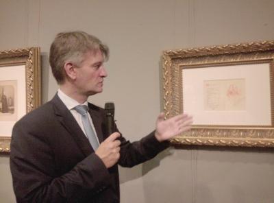阿莱克斯正在讲解蒙卡奇所绘的邀请函。