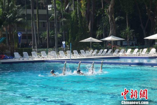 图为:中国里约奥运代表团圣保罗训练营副营长孙远富(左)介绍中国军团训练情况。 莫成雄 摄