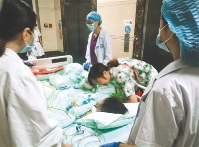 昨日,华西医院,前往手术室的路上,刘建莲声声呼唤女儿曾佳宇的名字