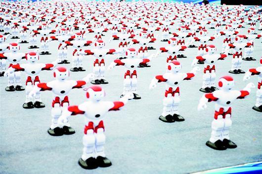 湖北日报讯 30日,在吉尼斯世界纪录认证官的见证下,1050台智能机器人中的1007台在青岛国际啤酒节黄岛主会场舞台上坚持共舞超过一分钟,打破了之前540个智能机器人共舞的纪录,创造了新的吉尼斯世界纪录。 (新华社发)