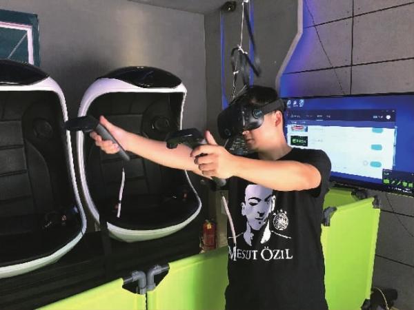 """长沙街头的""""VR体验馆""""受到新潮玩家的广泛关注,但诸多方面亟待提升,商家想赚钱须在产品换代前收回成本。"""