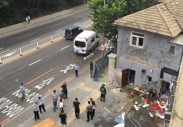 本报讯 昨日傍晚6时左右,中山区小龙街附近一二层小楼发生爆炸。巨大的冲击力将房屋损坏,在此居住的一男一女被炸伤入院。目前,初步怀疑是居民在做饭时煤气闪爆,但具体原因仍在进一步调查中。