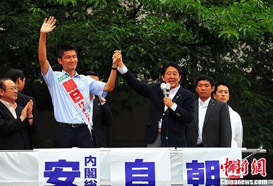 资料图:日本首相安倍晋三在东京的中野车站为自民党的候选人站台拉票。 中新社记者 王健 摄