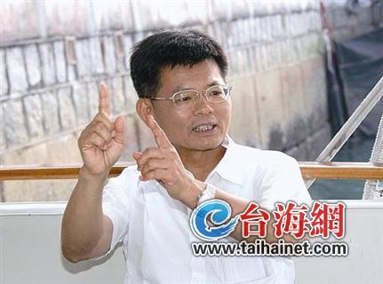 民进党政客陈启昱(左)接替杨秋兴出任台盐董事长(资料图)