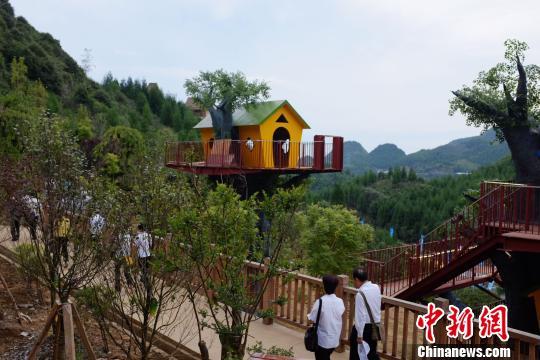 """7月30日,贵州六盘水市第三届旅游文化产业发展大会在钟山区举行,市委书记、区委书记齐邀都市人到六盘水""""发呆""""。图为钟山区打造的休闲旅游度假区。 蒲文思 摄"""