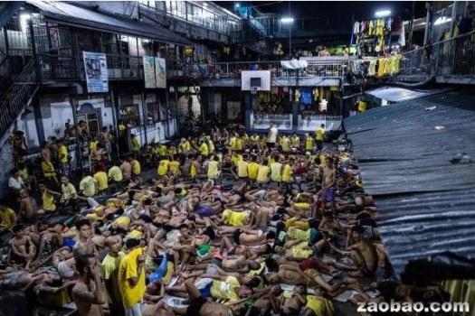 马尼拉西部的奎松城监狱,囚犯们挨挨挤挤。新加坡《联合早报》