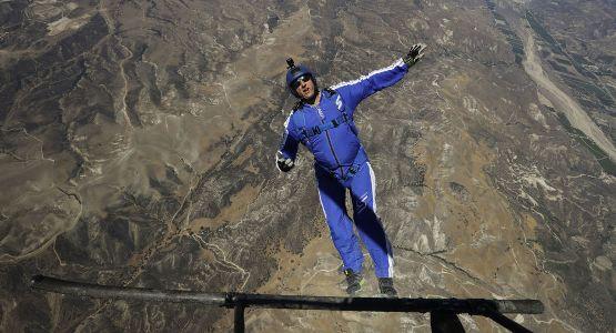美国跳伞运动员卢克・艾金斯成功地完成了不带降落伞的7600多米高空跳伞。