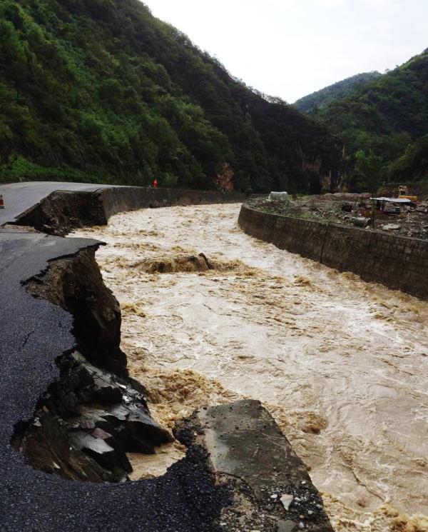 7月30日早晨六点,陕西商洛商南丹凤突降暴雨,部分地区降水量达100毫米以上。微博 图