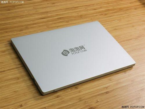 小米笔记本Air 13采用全金属机身设计,外观上拥有银色和金色两个版本可选,本次拿到为的银色版本。同时,铝合金机身中还加入了金属喷砂工艺,手感较为舒适,虽然不及苹果MacBook系列那样细腻,但考虑到成本控制,其在同价位机型中表现已经算是较为不错的。喷砂工艺处理的好处不仅是能够提升握持手感,同时也能减少指纹的粘留。