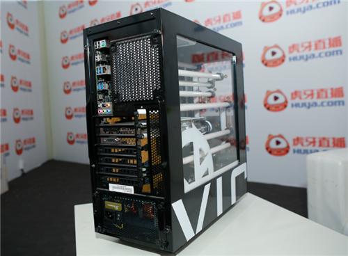 据悉,the one VG定制版新机由雷霆世纪携手VG电竞俱乐部和国内MOD大师、FUXK创始人邢凯联合推出,其灵感来自 黑白双色双子星 ,以中国传统文化中太极 阴阳 元素作为主机的主色调。主机采用NZXT S340作为改装元素材,融入水冷元素。FUXK 在水冷内部以极致的态度诠释了黑白阴阳的创作理念,重新将主板测量,纯手工订制了FUXK黑金配色装甲,通体从细节到整机效果无处不诠释出VG电竞俱乐部的UI以及太极理念。性能方面,the one VG定制新品搭载英伟达新架构显卡,使粉丝体验更加非凡。其黑色款配置采用i7-6800k处理器和华硕X99-E主板,显卡采用华硕GTX1070。白色款配置同样采用i7-6800k超频处理器和华硕 X99-E主板,显卡则采用华硕GTX 1080,使新一代旗舰战机名副其实。