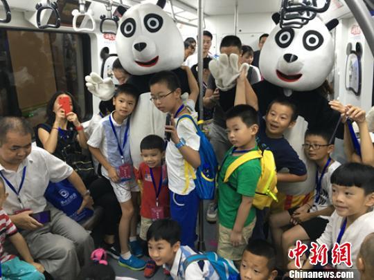 """熊猫列车上""""两只大熊猫""""吸引孩子们。 刘美岑 摄"""