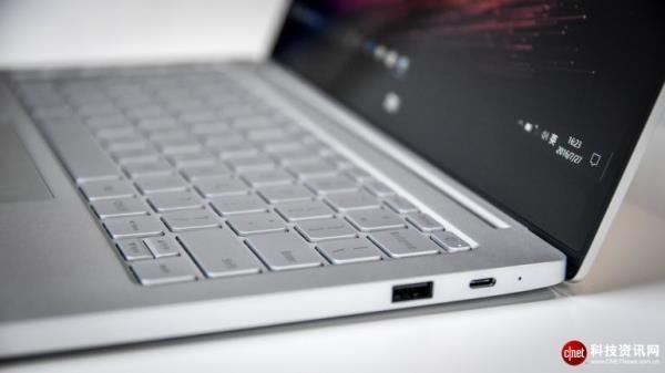 小米的最新产品 小米笔记本Air,虽然不如悬浮滑板(hoverboard)或公司最新的无人机一样令人耳目一新,但它却拥有一件其他大多数超薄笔记本电脑都缺少的法宝 独立显卡(独立显卡的典型特征就是比嵌入式速度更快)。准确地说是,它搭载了一块Nvidia GeForce 940MX独立显卡。