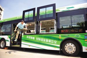 由广州市交委自主设计研发的、配有新型公交车安全逃生系统的公交无轨电车7月29日正式面世。该车的特点是突发安全事故时,司机、乘客都可以一键应急,2扇车门、7扇车窗组成的9条逃生通道立即开启,最多只需要3秒钟。