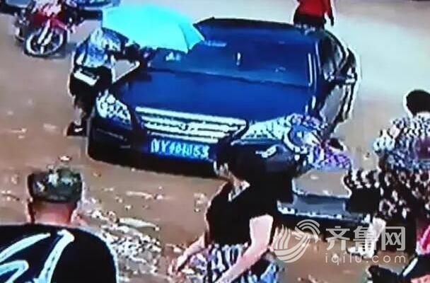 招远一位2岁的孩儿不测被锁在了车里
