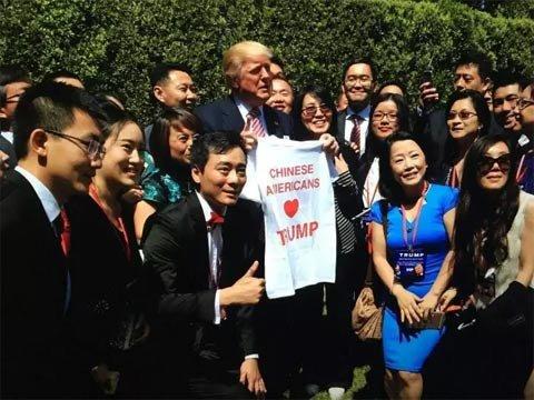 """这是特朗普近期第二次与华裔亲密互动。5月25日,在一场造势活动中,他的竞选团队在现场发放写有""""美国华裔爱特朗普""""(Chinese American Loves Trump)字样的T恤,特朗普则又在现场高喊""""我爱中国人""""……"""