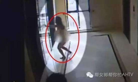 公寓楼里被强奸女孩全身赤裸逃出(监控截图)