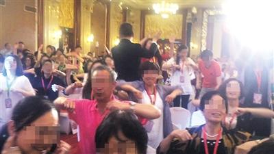 """6月初,创造丰盛北京盛典现场,主持人鼓励大家""""挥动翅膀,参与共振""""。"""