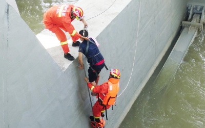 消防员救起被困男子。市民供图